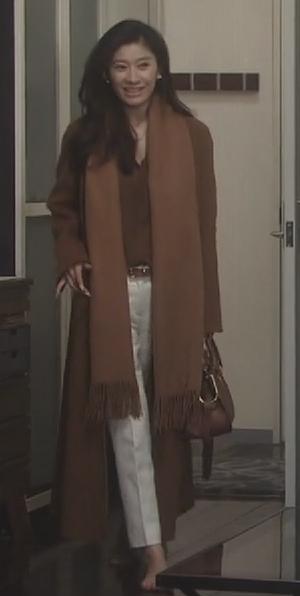 オトナ女子9話篠原涼子衣装[ブラウン/キャメルロングコート]自宅にて1