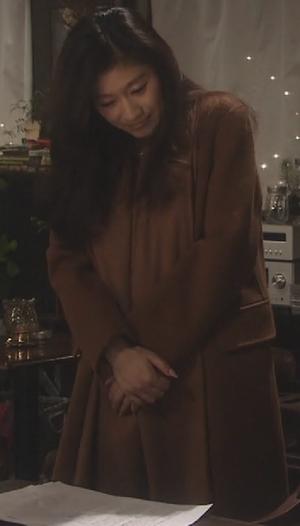 オトナ女子9話篠原涼子衣装[ブラウン/キャメルロングコート]高山喫茶店にて1