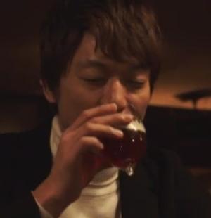 香取慎吾がバーにて、ビールbetrunkener(ベトルンケナー)を飲む。グラスが特徴的
