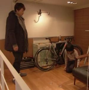 義理の弟の永里浩太(さくらしめじの高田彪我)が自転車をとろうとして永里大介(香取慎吾)のグラスを割る。