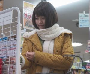 いつかこの恋を思い出してきっと泣いてしまう1話、杉原音(有村架純)黄色コート衣装着用シーン1