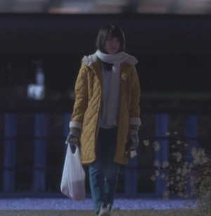 いつかこの恋を思い出してきっと泣いてしまう1話、杉原音(有村架純)黄色コート衣装着用シーン2