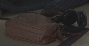 いつかこの恋を思い出してきっと泣いてしまう1話、林田音(杉原音・有村架純)衣装のバッグ(カバン)着用シーン2