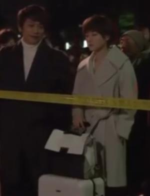 家族ノカタチ1話衣装、上野樹里(熊谷葉菜子)ライトグレー・白色コート・ジャケット着用シーン1ボヤ騒ぎの際