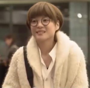 家族ノカタチ1話衣装、上野樹里(熊谷葉菜子)黒色メガネ着用シーン4