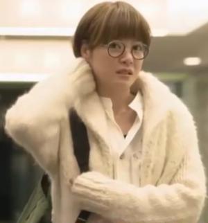 家族ノカタチ1,2話、熊谷葉菜子(上野樹里)白色ウールニットコート衣装着用シーン2