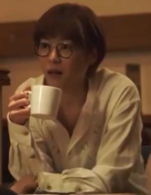 家族ノカタチ1話衣装、上野樹里(熊谷葉菜子)黒色メガネ着用シーン1