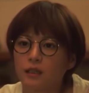 家族ノカタチ1話衣装、上野樹里(熊谷葉菜子)黒色メガネ着用シーン3