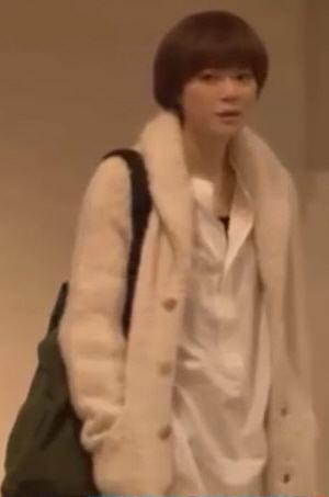 家族ノカタチ1話、熊谷葉菜子(上野樹里)白色ウールニットコート衣装着用シーン3
