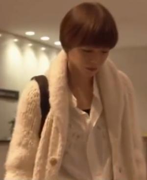 家族ノカタチ1話、熊谷葉菜子(上野樹里)白色ウールニットコート衣装着用シーン4