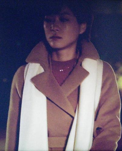 家族のカタチで夜道を歩く上野樹里(熊谷葉菜子)。キャメル・黄色コート衣装を着用