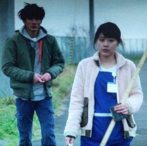 いつ恋1話、林田音(杉原音・有村架純)ピンク桃色フリースジャケット衣装着用シーン2