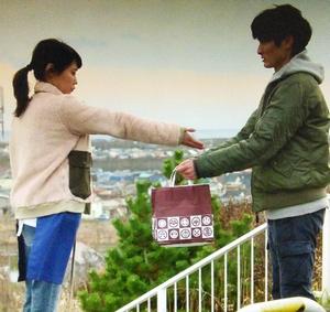 いつ恋1話、林田音(杉原音・有村架純)ピンク桃色フリースジャケット衣装着用シーン(2060円返してのシーン)3