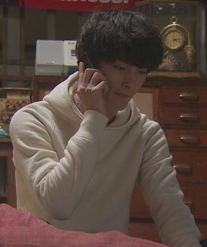 いつ恋(いつかこの恋を思い出してきっと泣いてしまう)2話、曽田練(高良健吾)白色ホワイトパーカー衣装シーン4