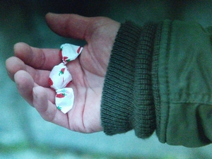 いつ恋(いつかこの恋を思い出してきっと泣いてしまう)1話、杉原音(林田音・有村架純)「食べ」三角いちご飴衣装シーン3曽田練(高良健吾)の手