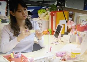 永尾まりや演じる役キャストの小山有香のデスク・机の様子