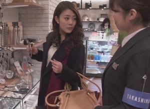 いつ恋3話、日向木穂子(高畑充希・キホちゃん)ピンク色ショルダーハンドバッグ衣装使用シーン1