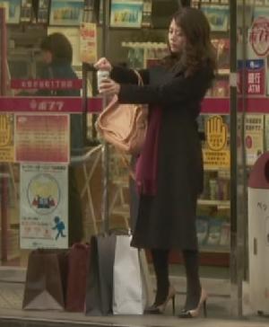 いつ恋3話、日向木穂子(高畑充希・キホちゃん)赤色ワインレッドストール衣装使用シーン2コンビニ前でビール
