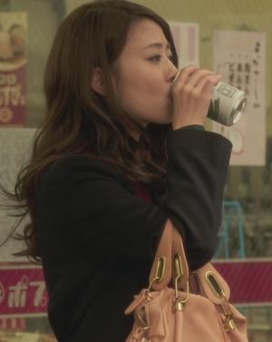 いつ恋3話、日向木穂子(高畑充希・キホちゃん)ピンク色ショルダーハンドバッグ衣装使用シーン3コンビニ前でビール
