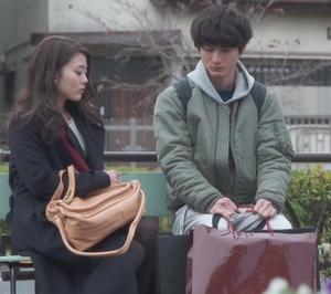 いつ恋3話、日向木穂子(高畑充希・キホちゃん)赤色ワインレッドストール衣装使用シーン4