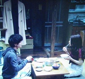 いつ恋2話、日向木穂子(高畑充希・キホちゃん)20万円ピンク色ロングコート衣装使用シーン1