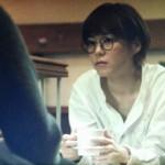家族のカタチで喫茶店で大介と話をする上野樹里(熊谷葉菜子)。ホワイト・白色コート衣装を着用