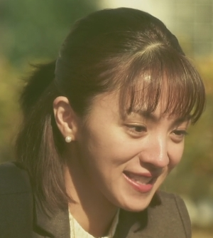 ドラマいつ恋6話の林田音(杉原音・有村架純)と公園で遊ぶ母の満島ひかりさんのシーン2