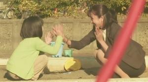 ドラマいつ恋6話の林田音(杉原音・有村架純)と公園で遊ぶ母の満島ひかりさんのシーン3