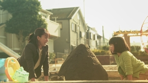 ドラマいつ恋6話の林田音(杉原音・有村架純)と公園で遊ぶ母の満島ひかりさんのシーン4