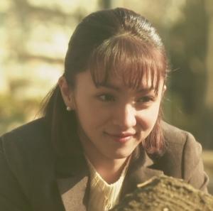 ドラマいつ恋6話の林田音(杉原音・有村架純)と公園で遊ぶ母の満島ひかりさんのシーン1