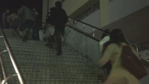 いつ恋9話通行人と杉原音ちゃん・ひったくり被害者明日香(芳根京子)・ひったくり犯人(葉山奨之)階段を駆け上がる