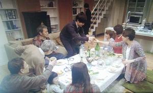家族ノカタチの10話最終回大介のマンションにて、知り合い・同僚らを呼んでホームパーティー