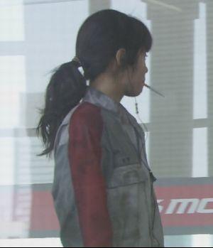 月9福山雅治主演ドラマラヴソング2話藤原さくら(佐野さくら)がタバコを加えて歩くシーン1