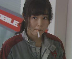 月9福山雅治主演ドラマラヴソング2話藤原さくら(佐野さくら)がタバコを吸うシーン2