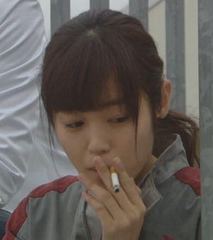 月9福山雅治主演ドラマラヴソング2話藤原さくら(佐野さくら)がタバコを吸うシーン3