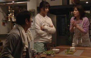 堤円(福士蒼汰)のことを心配して家族(父親・母親・妹まどか)の3人は恋煩いではないかと噂する。