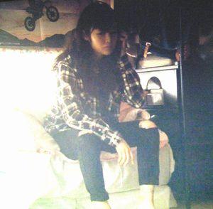 月9福山雅治主演ドラマラヴソング1話藤原さくら(佐野さくら)がタトゥーの入った足首が出ているシーン1(全身)