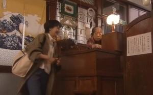 世界一難しい恋社長(大野智)の好きな柴山美咲(波瑠)が訪れる銭湯仲乃湯の登場シーン2