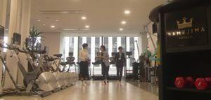 世界一難しい恋(せかむず)1話社内案内する三浦家康(ジャニーズWEST小瀧望)と柴山美咲と堀まひろ。社内専用トレーニングジムにて。