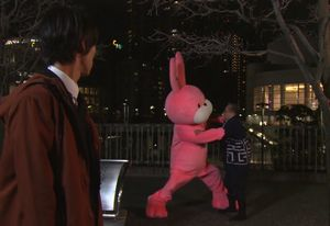 お迎えデス。1話で通夜?告別式?お葬式?の帰りに取っ組み合いをするピンクのウサギ(の着ぐるみ・ナベシマ)と陽造おじいさん