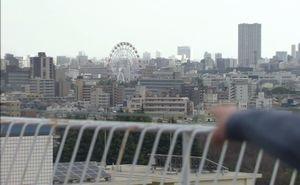 お迎えデス2話(ロケ地)病院の屋上から、堤円が観覧車を指さしたシーン