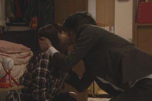 月9ラヴソング第4話(第2章)泣きながら謝る天野空一に近寄る佐野さくら(藤原さくら)に、天野空一はキスをする
