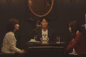 ラヴソング4話、高そうなホテルのレストラン・ラウンジにて、神代広平と佐野さくらは、レコード会社の水原亜矢と契約の話をする