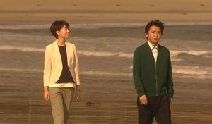 ドラマ世界一難しい恋(セカムズ)第4話静岡のホテルへ行く途中で、海の砂浜に寄ります。会話をする柴山美咲(波瑠はる)と鮫島社長