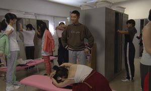 阿熊幸(土屋太鳳)に一目ぼれして堤円(福士蒼汰)と幸の大学の女子更衣室へ来たりストーカーする。