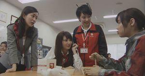 ドラマラヴソング第5話昼食時、佐野さくら(藤原さくら)の同僚女3人組が、神代広平(福山雅治)との仲や音楽をやっていることをからかったり。