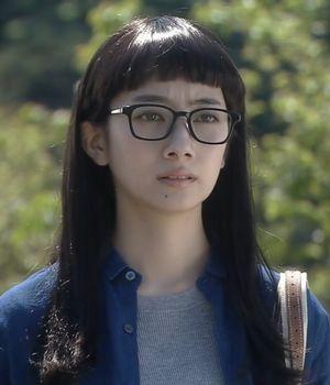 世界一難しい恋6話回想シーンでおじいちゃんがなくなった当時ロングヘアで、黒ぶち眼鏡をしていました