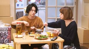 ラヴソング第8話天野空一(菅田将暉)は中村真美(夏帆)の引っ越しの手伝いをし、食事しながらさくらのことを話す