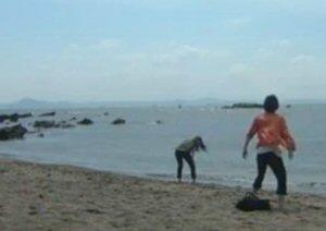ラヴソング第8話、手術前に、海へ行き思い切りはしゃぐ佐野さくら(藤原さくら)と天野空一(菅田将暉)