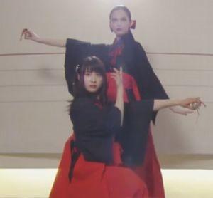 お迎えデス第7話幽体離脱できるようになった阿熊幸(あぐまさち)と魔百合(まゆり)が黒い服を着た巫女・黒巫女姿で登場